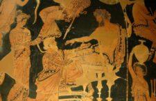 Ο Χρύσης επιχειρεί παρακαλώντας να εξαγοράσει την κόρη του από τον Αγαμέμνονα. Απουλιανός ερυθρόμορφος κρατήρας, περ. 360 - 350 π.Χ., Μουσείο του Λούβρου.