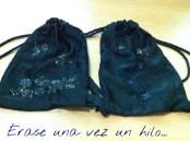 mochila de damasco negro, bordada en azul y amarillo con cortadillo creando rosas . mochila de cordones.