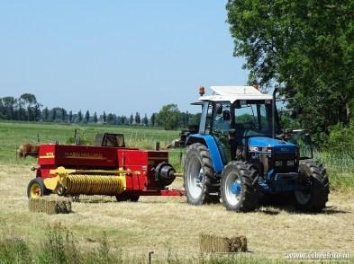 Tractor (bij Niehove) op het land 02