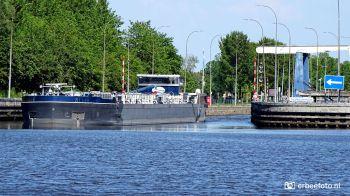 Sluis Gaarkeuken Binnenvaartschipper vaart de sluis uit