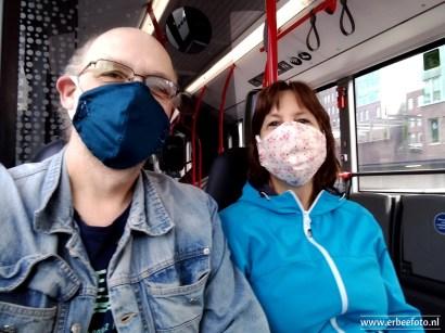 In de bus met mondkapjes tegen corona-verspreiding