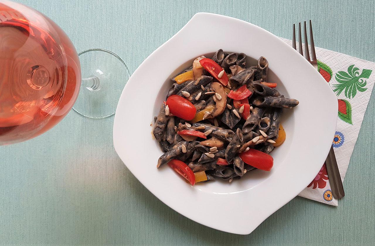 Penne negre cu sos mixt si legume