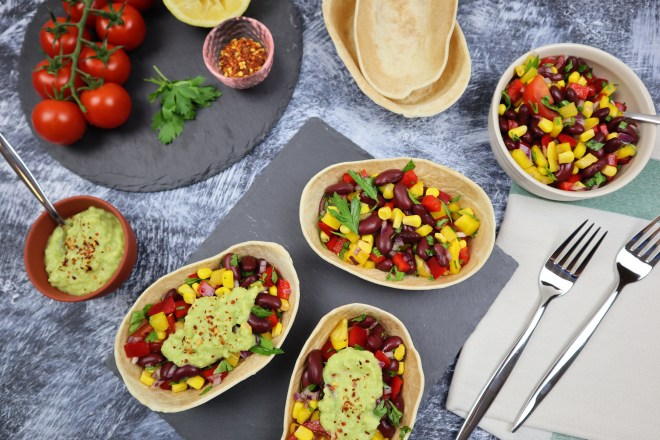 salata mexicana cu sos de avocado