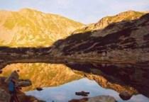 A tóban tükröződő hegyek