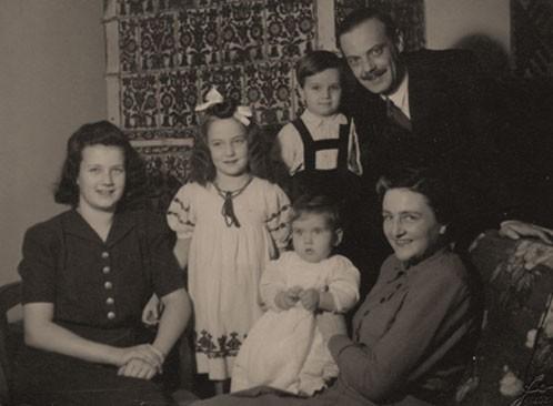 Klió, Zsuzskó, Árpád, Táti és Mamika ölében Miklós. Mikolt a felvétel készűltekor, Skóciában volt.