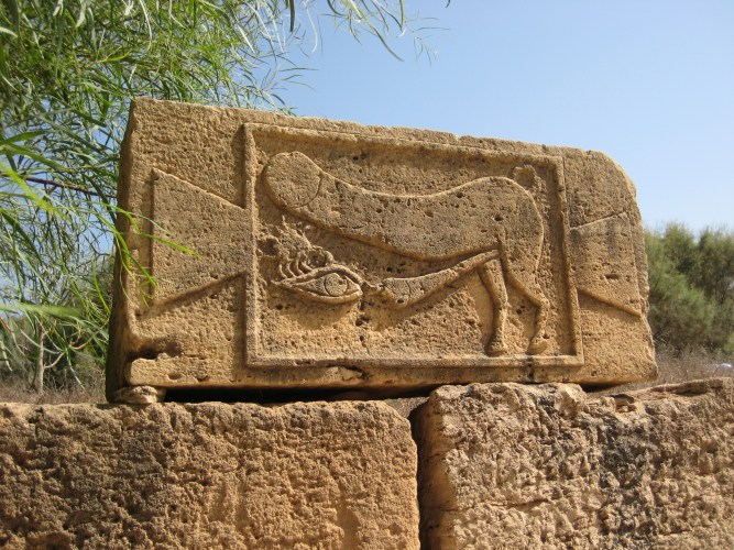 Ártó szembe ejakuláló falloszt ábrázoló relief Leptis Magnaból