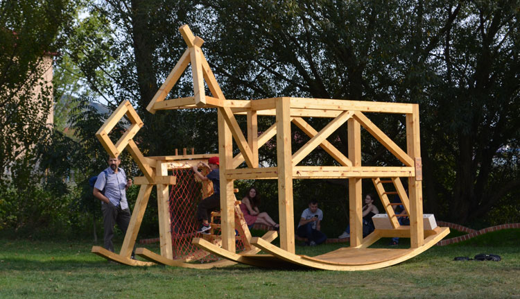 4. Kültéri lovas instalációk a Bánffy-kastély udvarán Forrás Főtér