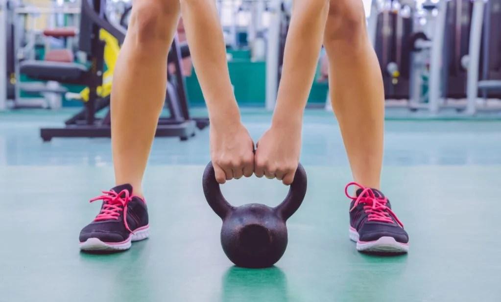 Hacer un entrenamiento completo con pesas rusas.