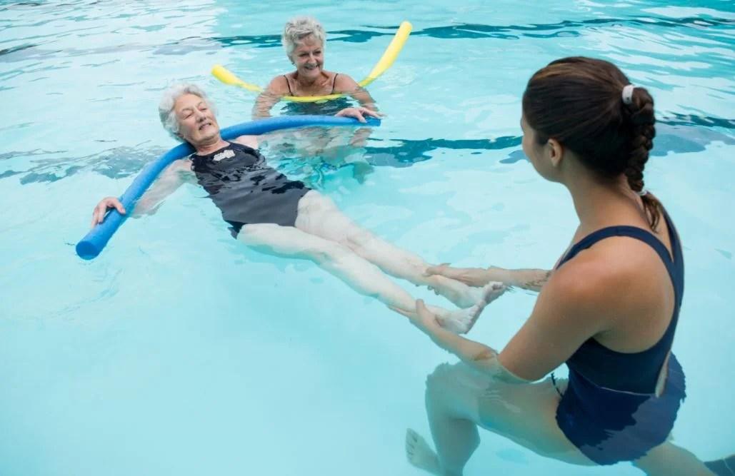Personas mayores aprendiendo a nadar.