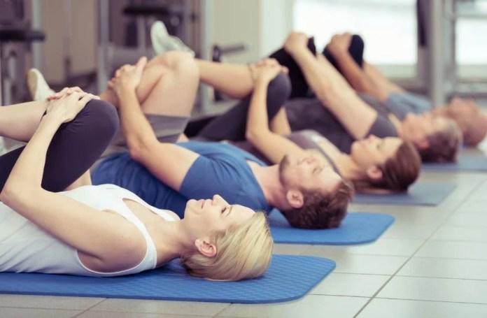 Estiramiento lumbar y dorsal, fundamental ante problemas como la espalda arqueada.