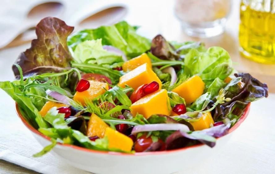 Ensalada de verduras y fruta.