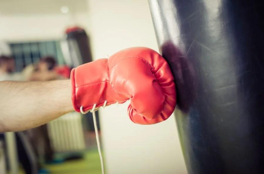 Pegar a saca de boxeo.