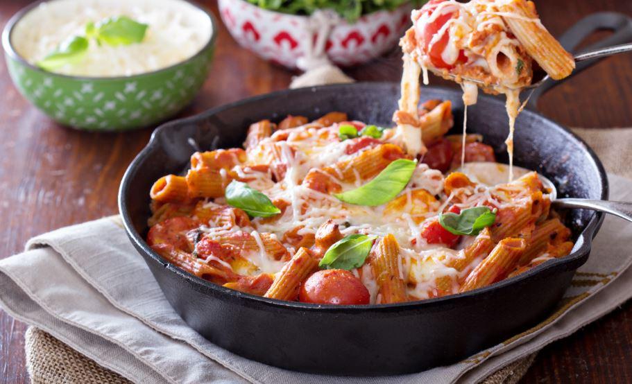 Macarrones con queso y tomate.