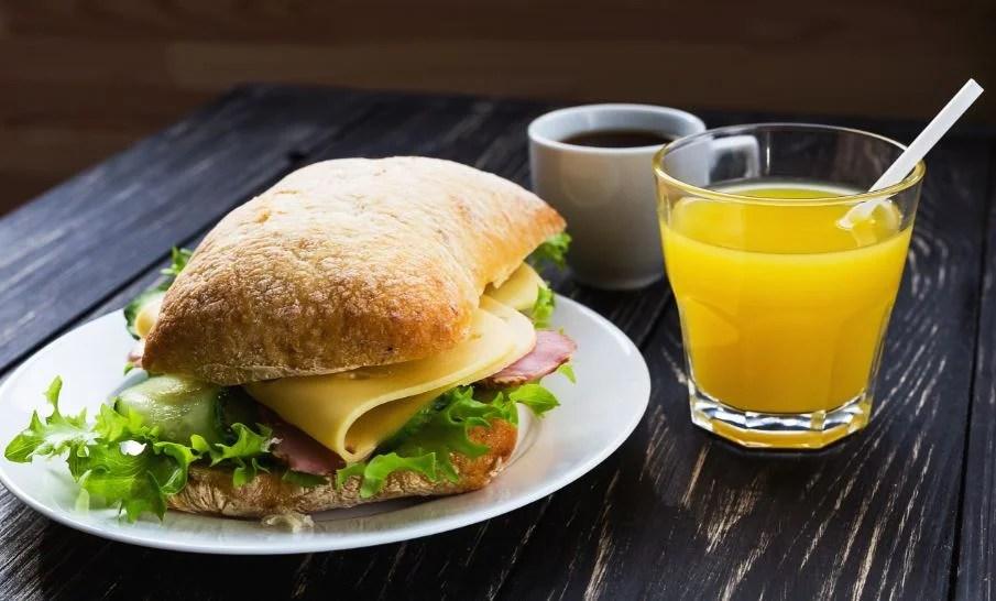 Sandwich y zumo vegetal.