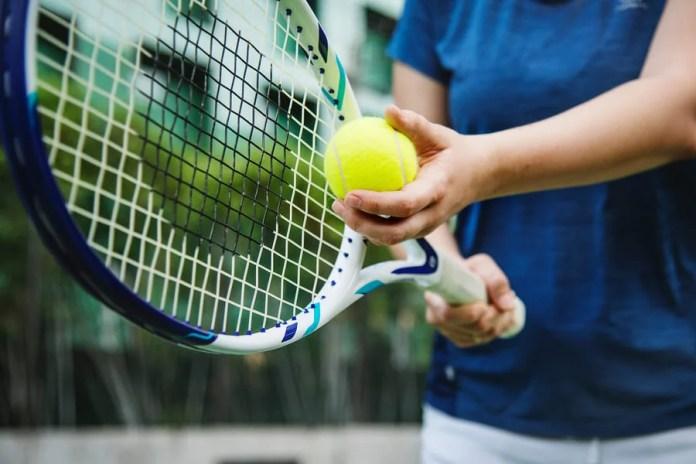 El saque es una de las primeras cuestiones que aprender al practicar tenis.