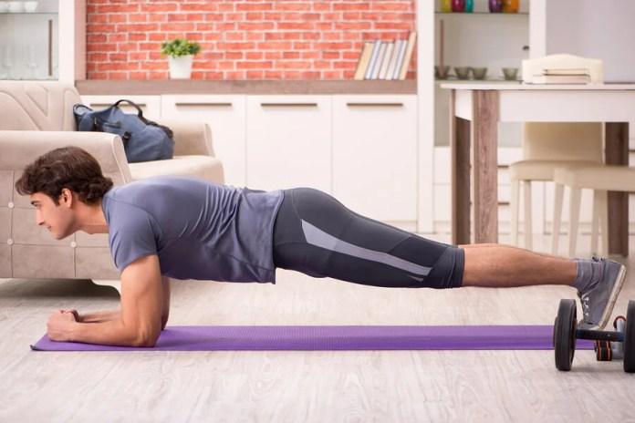 Tener un equipo de gimnasio en casa te permitirá ahorrarte el tiempo y el trabajo de asistir al gimnasio.