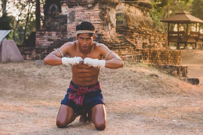Joven practicando boxeo tailandés.