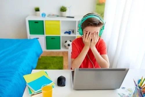 Chico adolescente víctima de ciberacoso.