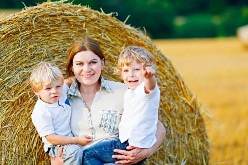 Madre cogiendo en brazos a sus hijos para no hacerlos sentir que son un sacrificio.