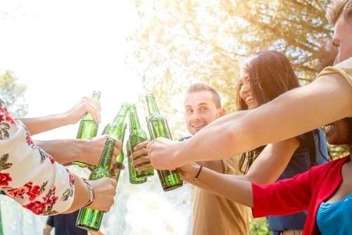 Prevenir el consumo de alcohol y drogas es vital para evitar la violencia en adolescentes.