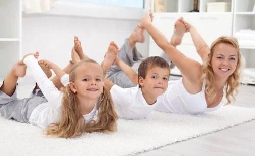 El yoga y el pilates para niños son actividades que potencian su equilibrio y flexibilidad.