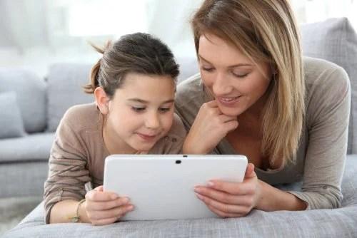 Madre e hija usando algunas Apps infantiles para aprender ortografía en la tablet.