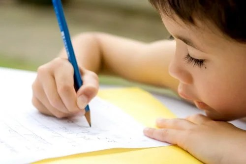Niño haciendo ejercicios para mejorar la disgrafía.
