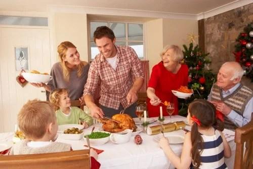 Familia en una comida o cena navideña.