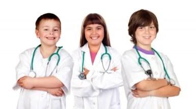 Niños jugando a los médico para la orientación vocacional.