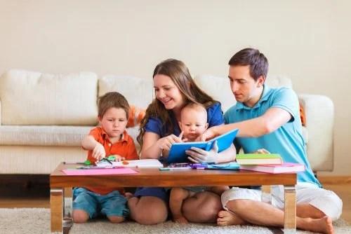 Padres pasando un rato en familia con sus hijos y haciendo trabajo en equipo.