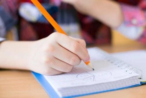 Niño de secundaria aplicando las técnicas de estudio en su casa.
