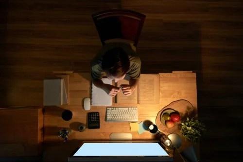 Chico con su escritorio bien organizado en su sesión de estudio eficiente.