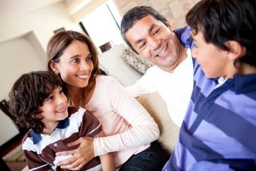 Familia charlando para mantener un buena comunicación.
