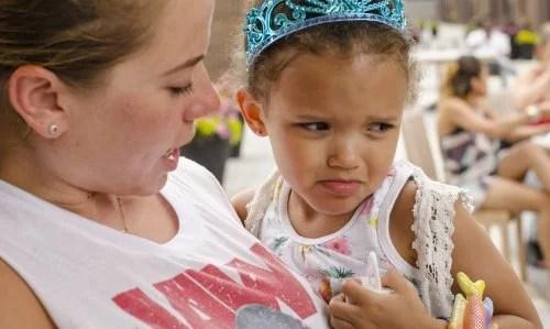 Madre hablando con su hija enfadada.