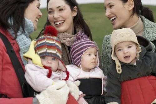 Grupo de amigas con sus bebés como ejemplo de tribu y maternidad.