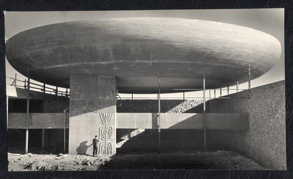 נחום זולוטוב, בית-הכנסת המרכזי, נצרת עילית,1967  צילום נחום זולוטוב אוסף ארכיון אדריכלות ישראל. מתוך: הרצאה על ארכיטקטורה - אהד פישוף וצבי אלחייני