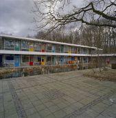 Overzicht_patiowoningen_met_binnenplein_met_vijver_-_Enschede_-_20357106_-_RCE