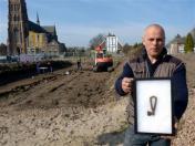Archeoloog Nils Kerkhoven met de gevonden Karolingische sleutel. foto Stichting Tremele