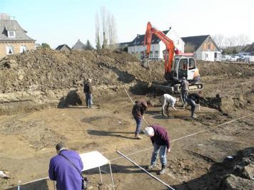 Archeologen van de archeologische werkgroep in de put. foto: Stichting Tremele
