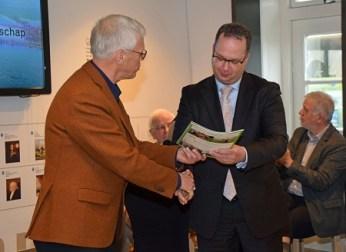 Aanbieding Magazine Oude Hollandse Waterlinie door Andries Ponsteen, directeur Erfgoedhuis ZH aan gedeputeerde Han Weber