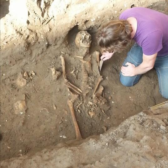 Archeoloog legt skelet vrij bij commanderij Doesburg (c) Gemeente Doesburg