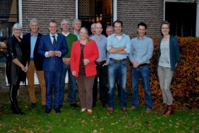 Bestuur en medewerkers van Twentse Erven met gedeputeerde Hester Maij en...