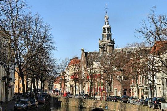 Zicht op de Sint-Janskerk vanuit de haven van Gouda