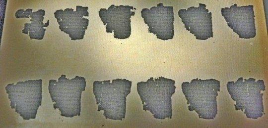 Fragmenten van de Derveni-papyrus in het Archeologisch Museum in Thessaloniki