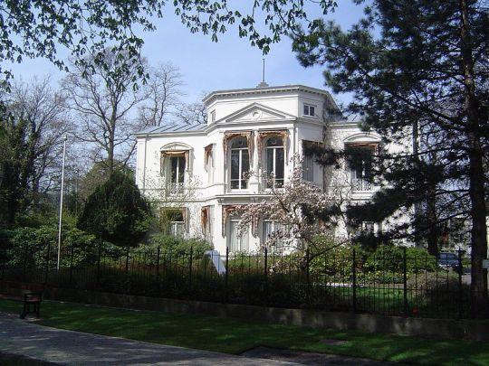 De stadsvilla op nummer 4 en 5 van Plein 1813 in Den Haag