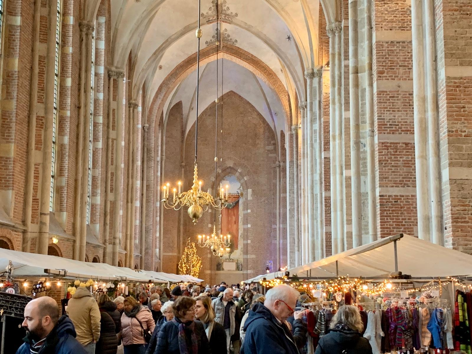 Kerstmarkt in de Lebuïnuskerk in Deventer