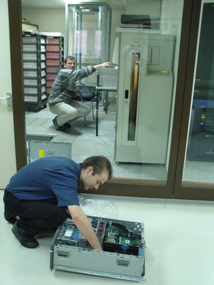 2004 zusammen mit Sven Kugler bei der Server-Installation bei der Reproscan