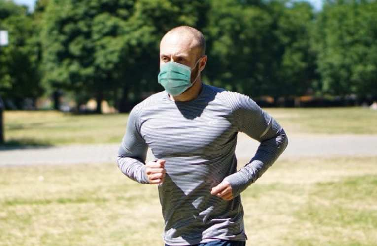 Φόρεσε μάσκα και πήγε για τρέξιμο – Κατέληξε στο χειρουργείο με τρύπα στον πνεύμονα