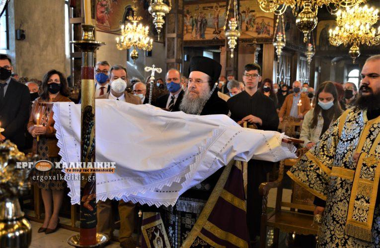 Τελέστηκε με κατάνυξη η αποκαθήλωση του Εσταυρωμένου στην Αρναία (φωτο)