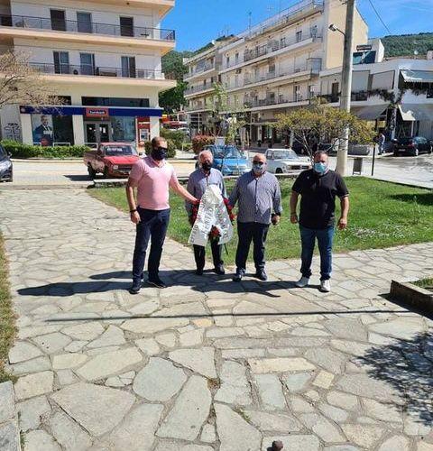 Η διοίκηση του εργατικού κέντρου Χαλκιδικής κατέθεσε σήμερα στεφάνι στο μνημείο ηρώων στον Πολύγυρο (Φωτο)